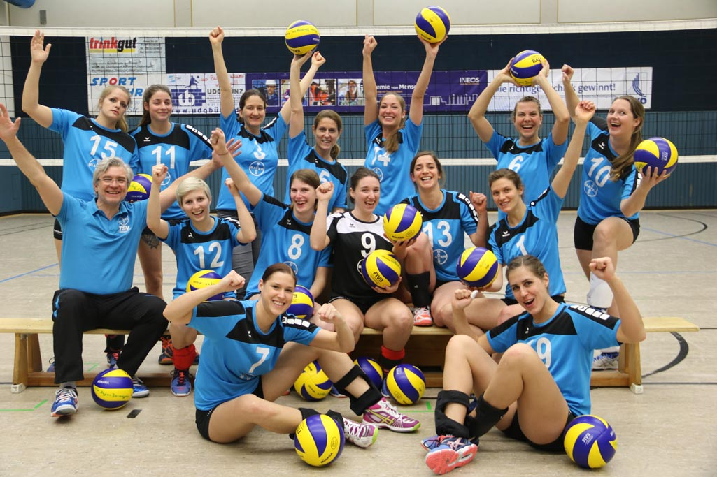Die Regionalligavolleyballerinnen jubeln nach dem Sieg über Werth/Bocholt. Rebeca Rosa Marques (15), Viktoria Knödgen (11), Steffi Hochschon (3), Denise Weber (5), Laura Iserloh (14), Gisi Krug (6), Henni Gierth (10), Peter Fischer (Trainer), Hanna Behrling (12), Maren Steinkamp (8), Conny Ritterbach (9), Niki Richter (13), Frederike Gey (1), Alex Kohtz (7), Mareen Müller (19). Es fehlen: Gesa Becker, Sandra Tönies,  Laura Kneip